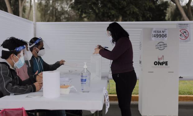 El voto es obligatorio para los ciudadanos peruanos a partir de los 18 años cumplidos el mismo día de la elección. En caso no voten se estableció una escala de acuerdo con la zona donde vive (Foto: GEC)