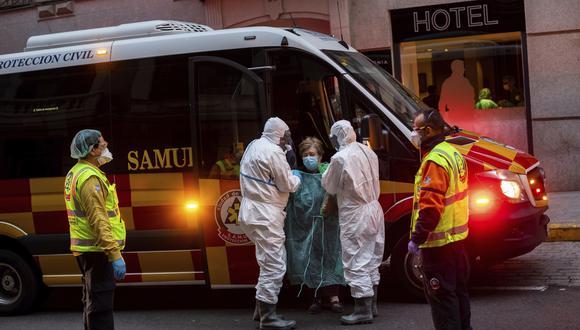 Una paciente es trasladada a un hotel medicalizado debido a la pandemia de coronavirus en España. (Foto AP / Bernat Armangue, archivo).