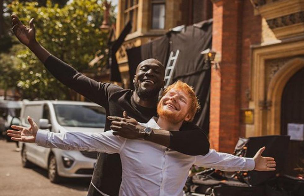 Ed Sheeran  Antes de posicionarse en el top musical, el músico ya era rico. Su padre es profesor de arte y su madre, publicista de cultura y diseñadora de joyas. En 1990 sus padres fundaron una consultora de arte independiente llamada Sheeran Lock, que funcionó hasta 2010.