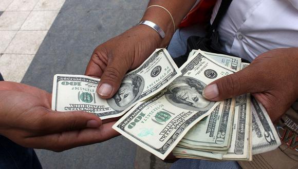 En el mercado paralelo o casas de cambio de Lima, el tipo de cambio se cotizaba a S/3,890 la compra y S/3,950 la venta de cada billete verde. (Foto: AFP)