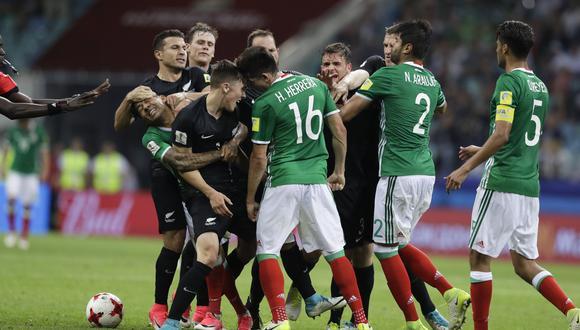 La polémica decisión del árbitro luego de trifulca en partido México y Nueva Zelanda. (Foto: AFP)