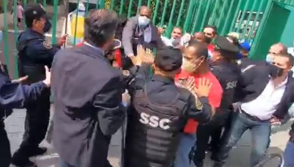 Funcionarios de la Embajada de Cuba y manifestantes en México se encararon en medio de la protesta antigubernamental. En imagen, policías tuvieron que intervenir para que el altercado no llegue a mayores. (Foto: Redes sociales).
