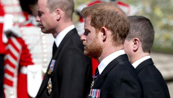 El príncipe Guillermo de Gran Bretaña, duque de Cambridge (izq.) y el príncipe Harry de Inglaterra, duque de Sussex, participan en el funeral de su abuelo el príncipe Felipe. (Foto de Gareth Fuller / varias fuentes / AFP).