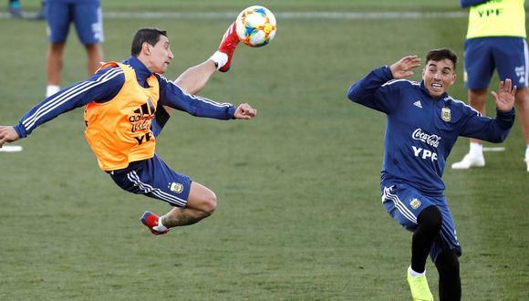 Di María intentando un remate de 'tijera' en los entrenamientos de Argentina. (Foto: AFP)