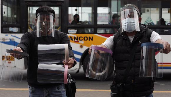 Los protectores faciales son de uso obligatorio para los viajes en transporte urbano, interprovincial y aéreo. (Foto: El Comercio)