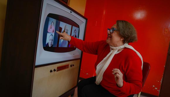 La señora Judith Montoya, de la casa de reposo Betania, disfruta de las funcionalidades de la consola Retro Smart: desde música hasta videollamadas y chistes (Foto: Hugo Pérez).