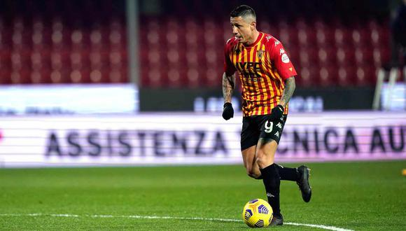 Lapadula sufrió una lesión ante Napoli que lo llevó a retirarse del campo en el minuto 70. (Foto: EFE)
