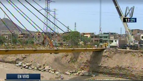 Lima utiliza una grúa para evitar que un segundo puente colapse