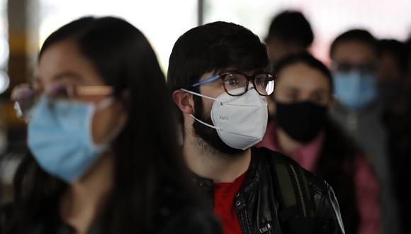 Personas esperan hoy para ser vacunadas contra la COVID-19 durante una jornada de inmunización para trabajadores de empresas privadas, en el Aeropuerto Internacional El Dorado de Bogotá (Colombia). EFE/ Mauricio Dueñas Castañeda