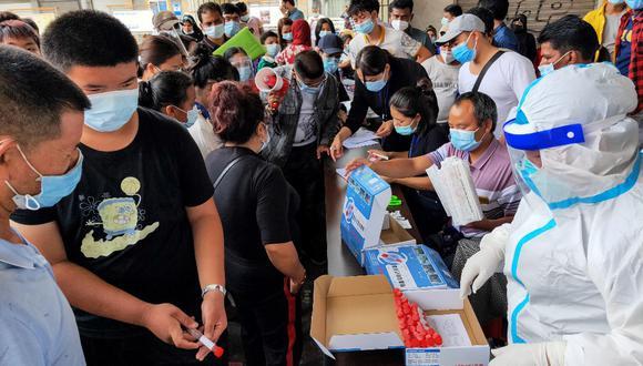 Los residentes reciben pruebas de COVID-19, en Ruili, en la provincia de Yunnan, suroeste de China, el 15 de septiembre de 2020. (Foto de STR / AFP)