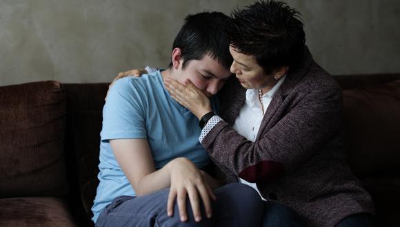 Milagro Huamán y su hijo Jimmy, quien tiene autismo, sufre todos los años a causa de las celebraciones con pirotecnia (Foto: Anthony Niño de Guzmán).