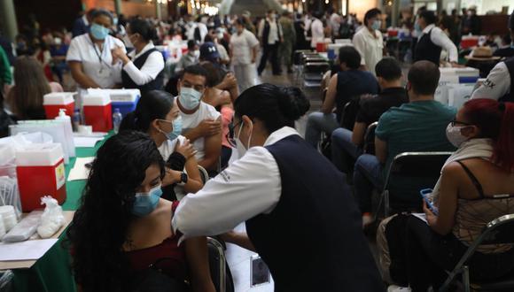El martes se inició con la vacunación de maestros y personal educativo contra Covid-19 en Ciudad de México con la intención de reabrir las aulas en las próximas semanas. En la imagen, personal sanitario aplica una dosis del fármaco a los educadores en la Biblioteca Vasconcelos, en la capital. (foto: Sáshenka Gutiérrez / EFE)