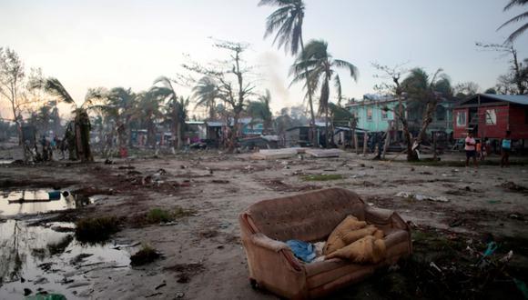 Un sofá en medio de la destastación dejada por el huracán Iota en Bilwi, Nicaragua, el 27 de noviembre de 2020. (REUTERS / Oswaldo Rivas).