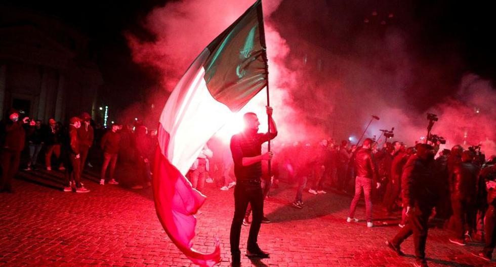Esta imagen del último martes muestra a un manifestante sosteniendo una bandera de Italia durante una protesta contra las restricciones establecidas para frenar el coronavirus COVID-19 en Roma. (Foto: Reuters / Guglielmo Mangiapane)