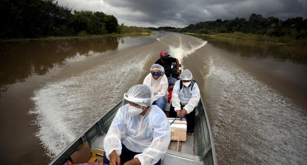 El caso brasileño puede ayudar al Perú en la gestión de las dosis. Aquí trabajadores municipales de salud trasladan el producto de AstraZeneca y Oxford al estado de Amazonas. (Foto: Bruno Kelly / Reuters)