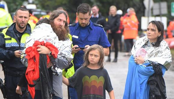 Una familia es rescatada después de que su bote volcara mientras eran evacuados de una propiedad inundada en Upper Colo, en el noroeste de Sydney, Nueva Gales del Sur. (EFE / EPA / DEAN LEWINS AUSTRALIA Y NUEVA ZELANDA).