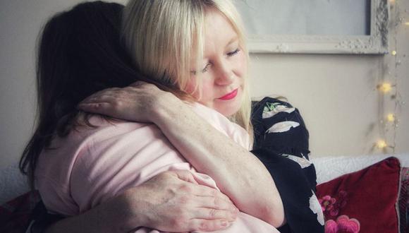 Tracy tuvo que esperar 18 meses para que su hija volviera a Reino Unido a visitarla.