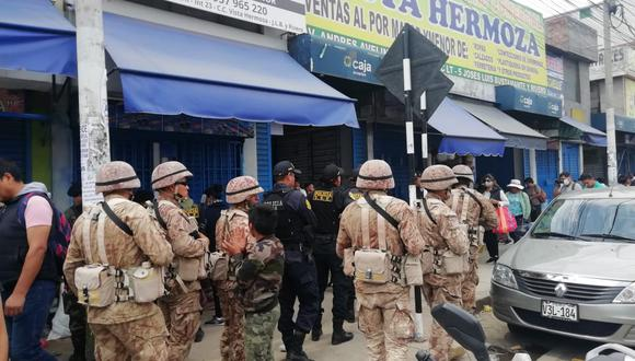 Un grupo de militares patrulla una calle con varios negocios cerrados el pasado 16 de marzo en la región Arequipa. (Foto: Miguel Idme).