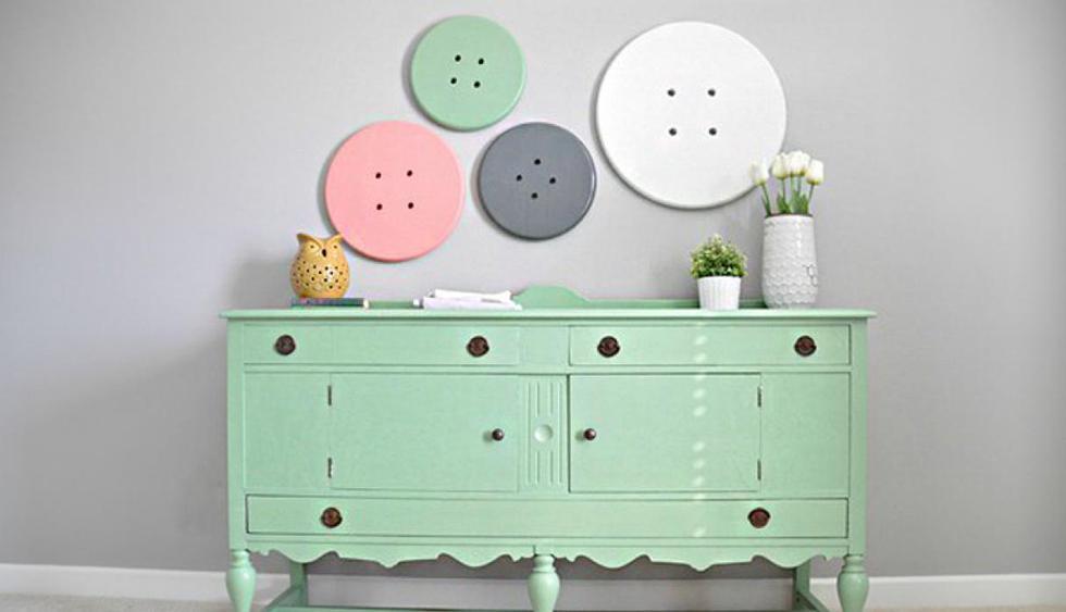 Con botones. Puedes colgar varias cosas en tu pared para que se destaque. Estos adornos en forma de botón son una alternativa distinta a los cuadros, espejos y marcos de fotos. (Foto: Pinterest hometalk.com)