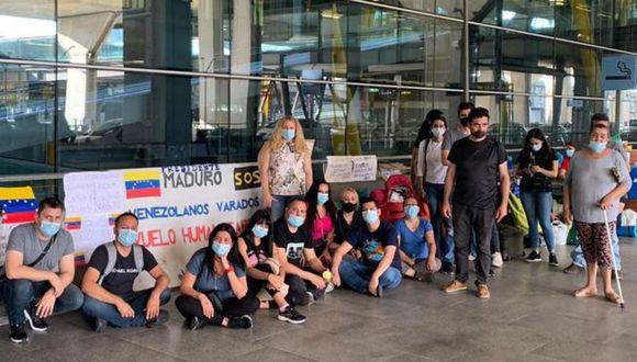 Tras quedarse sin dinero, una treintena de venezolanos ahora pernocta en las inmediaciones del aeropuerto Adolfo Suárez Madrid-Barajas. (LUCIANO DEL GAUDIO).