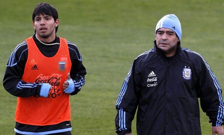 Aüero y Maradona en el Mundial 2010. (Foto: EFE)