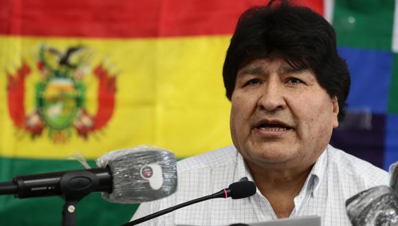 El ex presidente boliviano Evo Morales lee un comunicado de prensa en la Central de Trabajadores de Argentina (CTA) en Buenos Aires, el 18 de octubre de 2020. (Foto de Alejandro PAGNI / AFP).