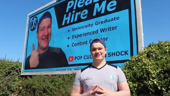 Publica su currículum en una valla para conseguir trabajo y nadie lo llama. (Foto: Pop Culture Shock / YouTube)