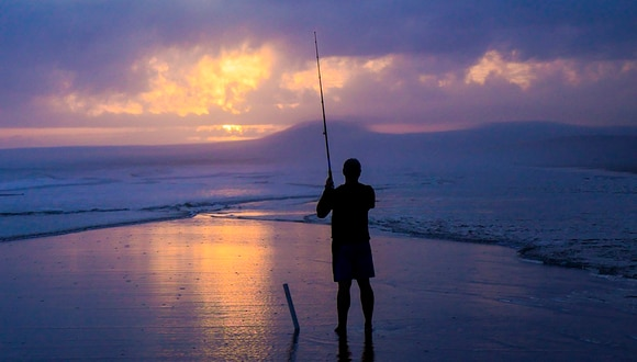 El joven Oscar Lundahl atrapó un pez de aspecto prehistórico en el mar de Noruega. (Pixabay)