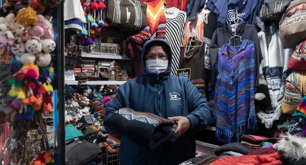 Pilar Condorhuacha trabaja vendiendo confecciones cusqueñas en el mercado de San Pedro. (Foto: Renzo Salazar)
