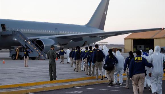 Las autoridades de Chile deportan a 138 migrantes irregulares varados en la frontera con Bolivia. (AFP).