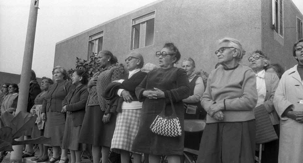 """Lima, 27 de agosto de 1982.  Una fila de mujeres adultas mayores cantan el himno nacional en plena inauguración del asilo """"Ignacia Rodulfo Vda. de Canevaro"""" en el Rímac.  (Foto: Armando Torres / GEC Archivo Histórico)"""
