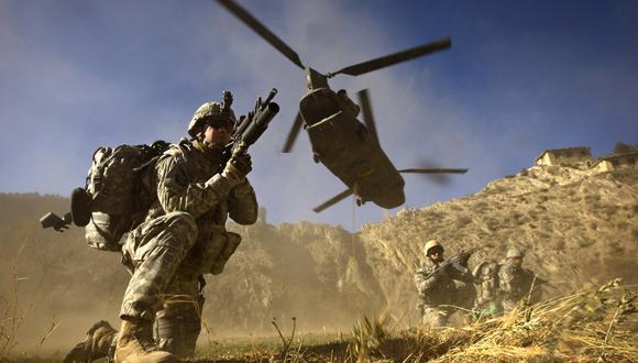 En este foto del 2008, soldados estadounidenses junto a las fuerzas afganas durante la Operación Shir Pacha en el Valle de Derezda. Las tropas norteamericanos pasaron de más de 100 mil a solo los 3.500 actuales. FOTO AFP