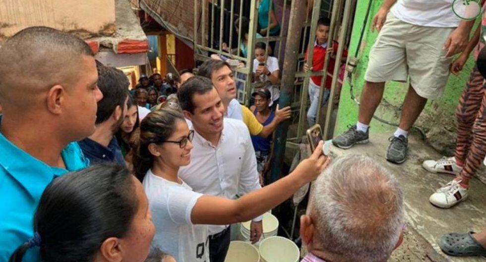 Entonces, los habitantes de diversos sectores de Caracas acudieron a varias boca-tomas de agua del contaminado río Guaire, que recorre la ciudad, para abastecerse del líquido. (Foto: Twitter - @TVVnoticias)