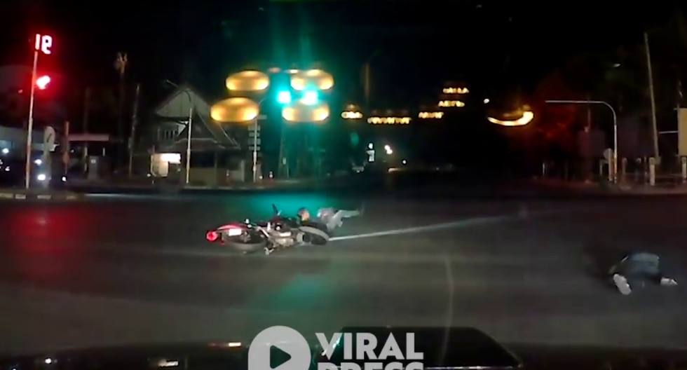 Jóvenes vivieron un bochornoso momento cuando circulaban a bordo de una motocicleta lineal. | Foto: Captura de video / Facebook / Viral Press