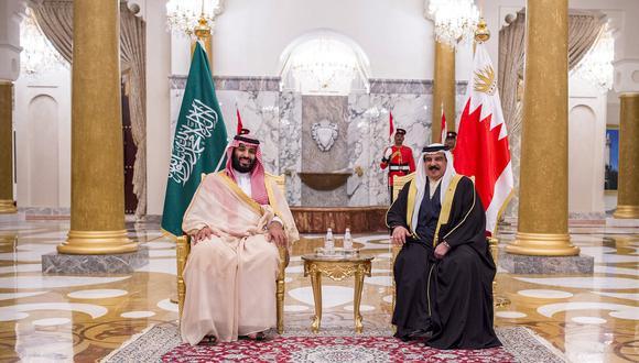 """Mohammed bin Salman se reunió con el rey de Baréin, Hamad bin Isa al Jalifa, para tratar las relaciones bilaterales entre los """"dos países hermanos"""". (AFP)"""