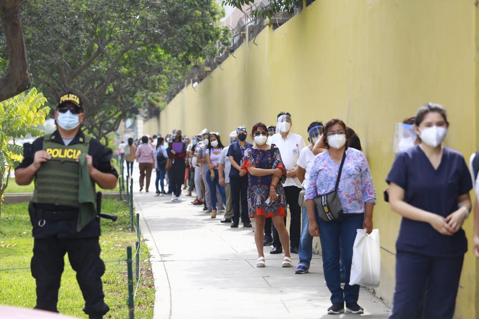 Cabe recordar que el domingo 7 de febrero aterrizó en nuestro país el avión con las 300 mil dosis del primer lote de vacunas contra el COVID-19 de Sinopharm y el sábado 13 arribaron al Perú 700 mil dosis adicionales. Foto: Jessica Vicente/@photo.gec