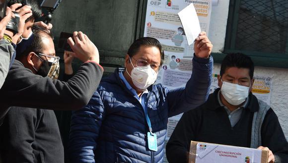El candidato presidencial izquierdista de Bolivia Luis Arce, del partido Movimiento al Socialismo (MAS), posa mientras deposita su voto en una mesa electoral en La Paz el 18 de octubre de 2020. (Foto de Aizar RALDES / AFP).