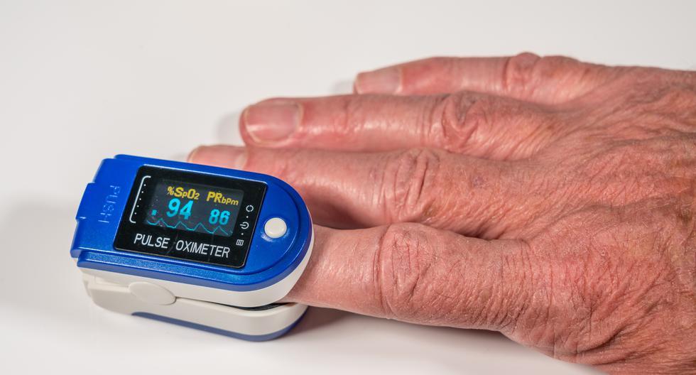 El pulsioxímetro y el termómetro son las mejores herramientas para monitorear de cerca a los pacientes con COVID-19 en casa y decidir cuándo es el mejor momento de evacuarlos hacia un hospital. (Foto: Shutterstock)