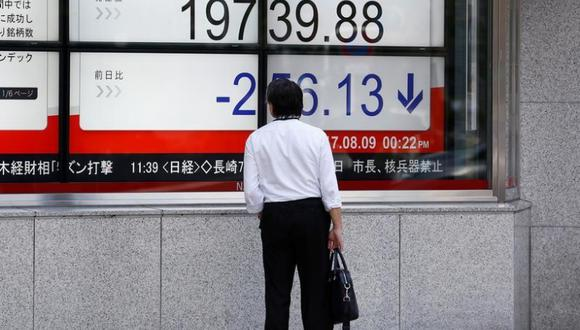 En la imagen de archivo un hombre mira la pantalla electrónica que muestra el promedio Nikkei de Japón en Tokio, Japón el 9 de agosto de 2017. (Foto: Reuters/Kim Kyung-Hoon)