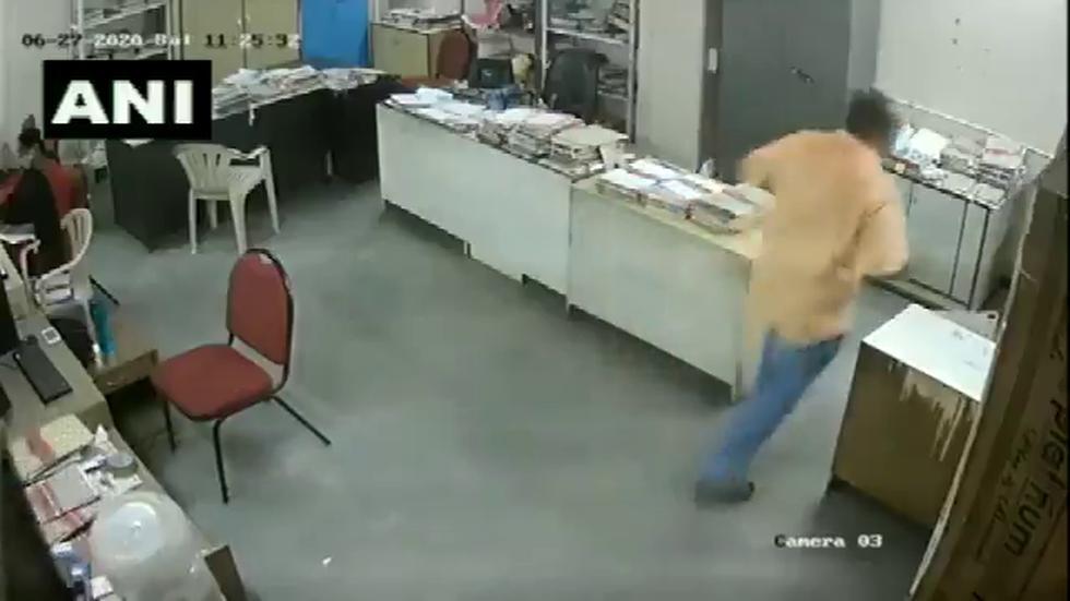 El video fue captado por una cámara de seguridad. (Foto: @ANI)