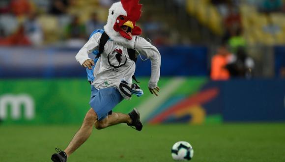 Chile vs. Uruguay: Gonzalo Jara obstruyó a hincha que se metió al campo del Maracaná   Foto: Agencias AFP/Reuters/EFE