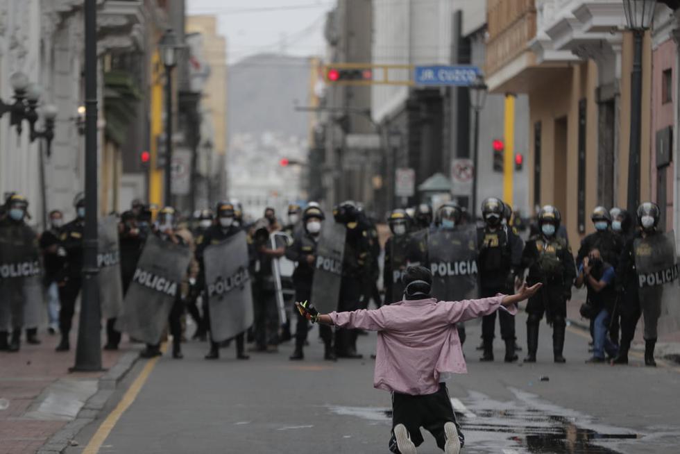 En horas de la tarde, los manifestantes volvieron a reunirse en la Plaza San Martín; algunos civiles no dudaron en retar a los policías. (Foto: Renzo Salazar / @photo.gec)