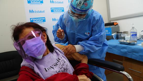 Decenas de adultos mayores se vacunan contra el Covid 19 en el Vacunatorio del Hospital de EsSalud San Isidro Labrador. En Santa Anita. Foto : Hugo Curotto / @photo.gec.
