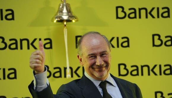 En esta foto de archivo tomada el 20 de julio de 2011, el presidente de Bankia, Rodrigo Rato, levanta el pulgar después de lanzar la negociación del banco en la bolsa de valores de Madrid. (Foto de Pierre-Philippe MARCOU / AFP).