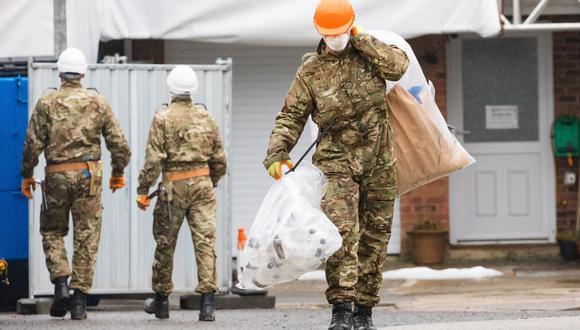 Un oficial del Ejército participa en la limpieza de la casa del exespía ruso Serguéi Skripal en Salisbury (Reino Unido). (Foto: EFE)