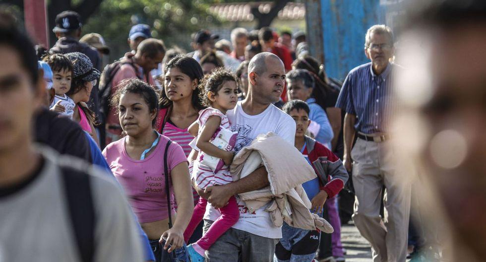 Desde la madrugada del sábado, miles se amontonaron del lado venezolano del puente Simón Bolívar, que conecta a San Antonio del Táchira con Cúcuta, con la esperanza de cruzar a pie la frontera. (Foto: AFP)