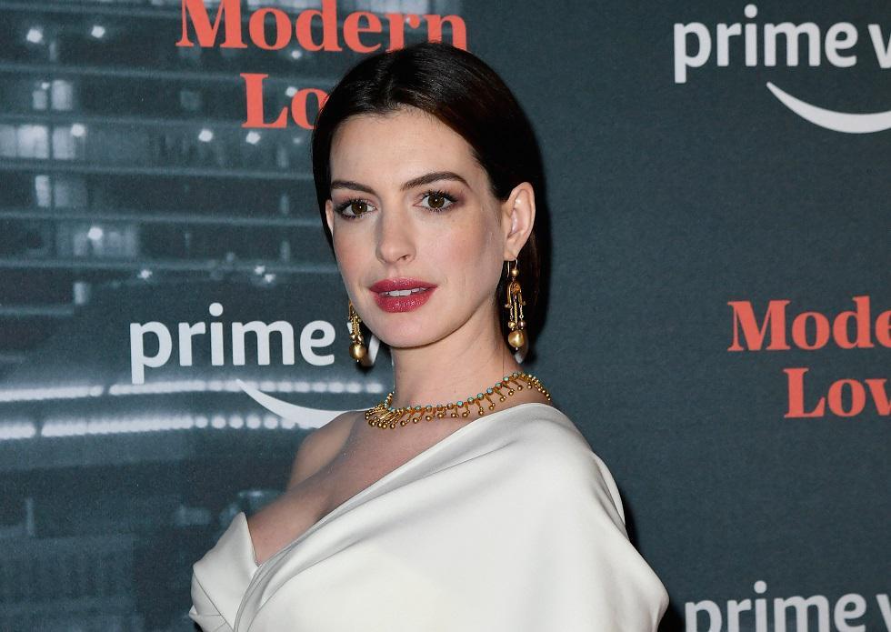"""Anne Hathaway asistió a la premiere de su próxima película """"Modern Love"""" y cautivó con un look impresionante. Mira más detalles de lo que utilizó a lo largo de la galería. (Foto: AFP)"""