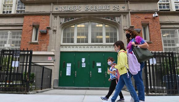En esta foto de archivo, los estudiantes pasan frente a una escuela pública el 5 de octubre de 2020 en el distrito de Brooklyn de la ciudad de Nueva York. (AFP/Angela Weiss).