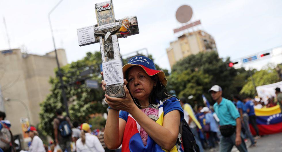 Un grupo de personas marcha en Caracas. (REUTERS / Fausto Torrealba).