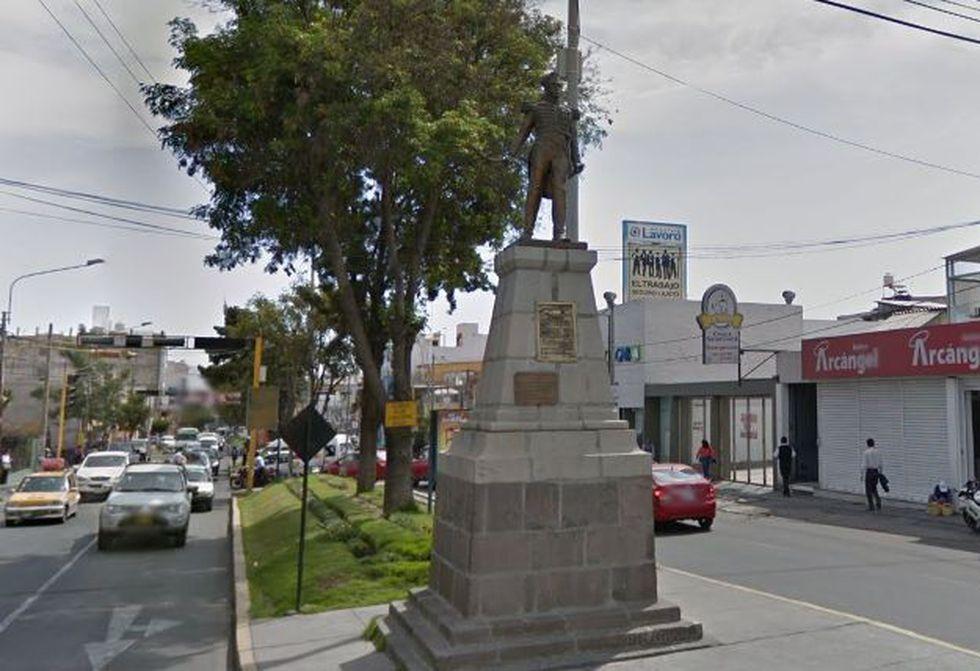 En la Av. Trinidad Morán, en el distrito de Cayma, hay un monumento en homenaje al militar fusilado. Inicialmente, la estatua estaba en la Av. Ejército (Foto: Google Maps)